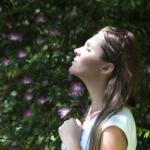 photo d'une femme qui respire profondément