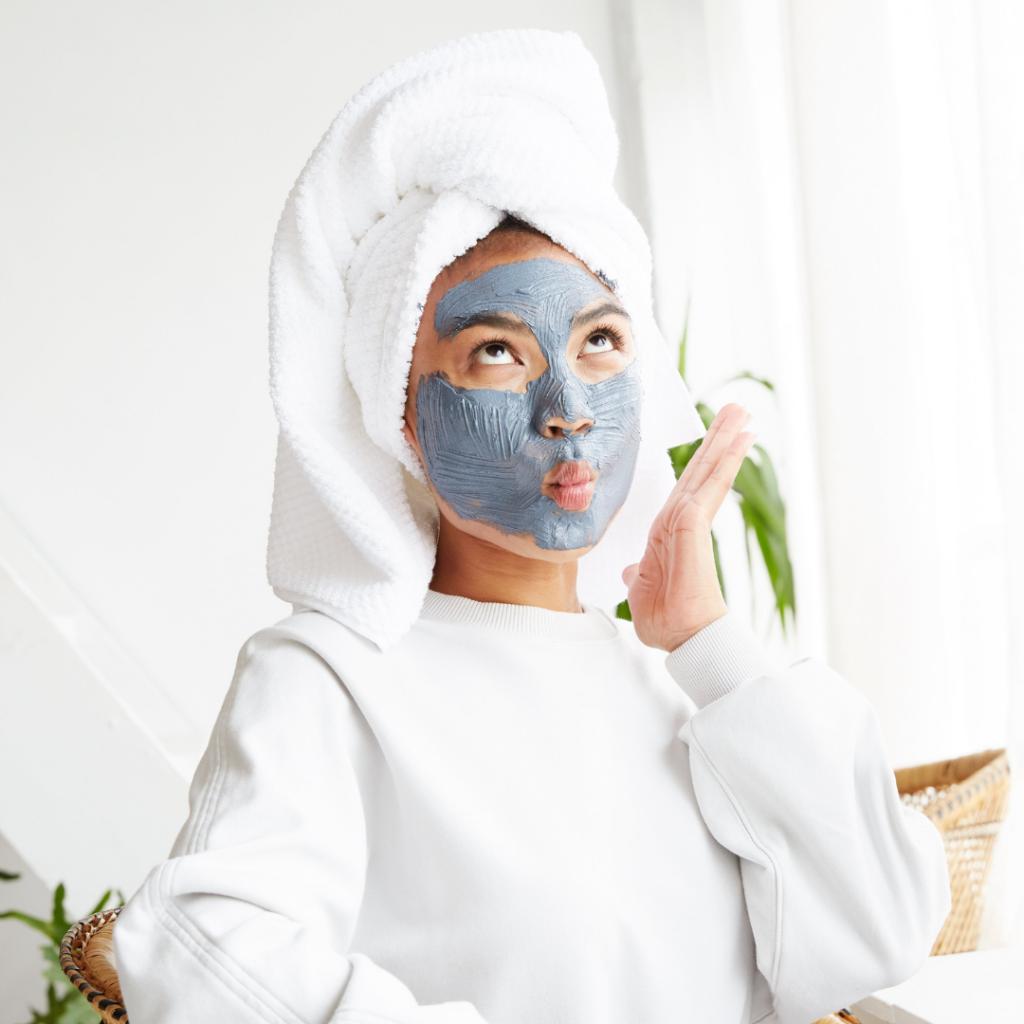 femme utilisant des cosmétiques bio